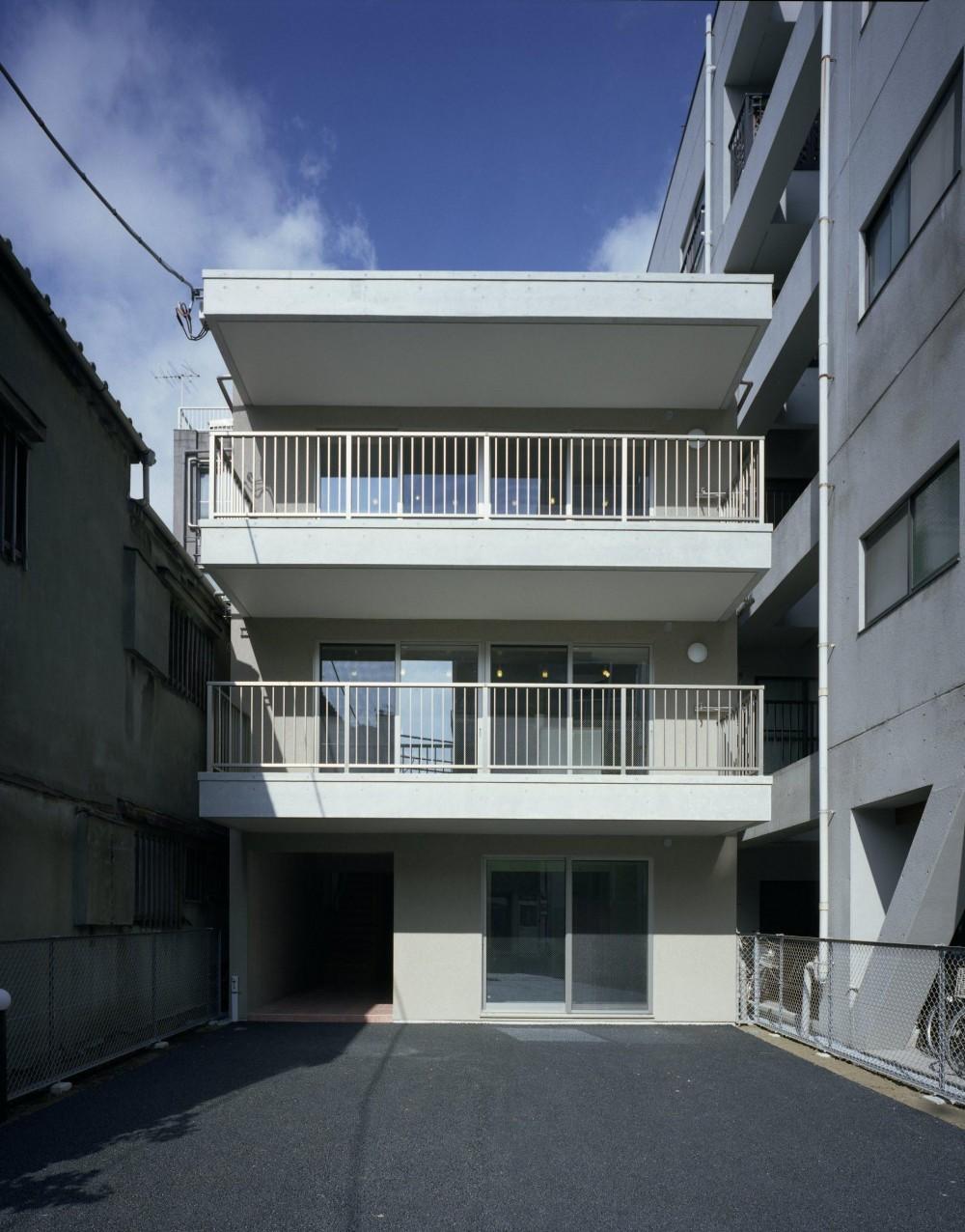 東京都台東区 T邸 (広いバルコニーと屋上のある白い外観)