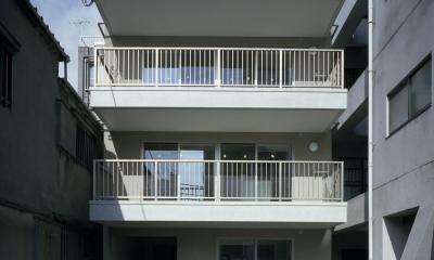 広いバルコニーと屋上のある白い外観|東京都台東区 T邸