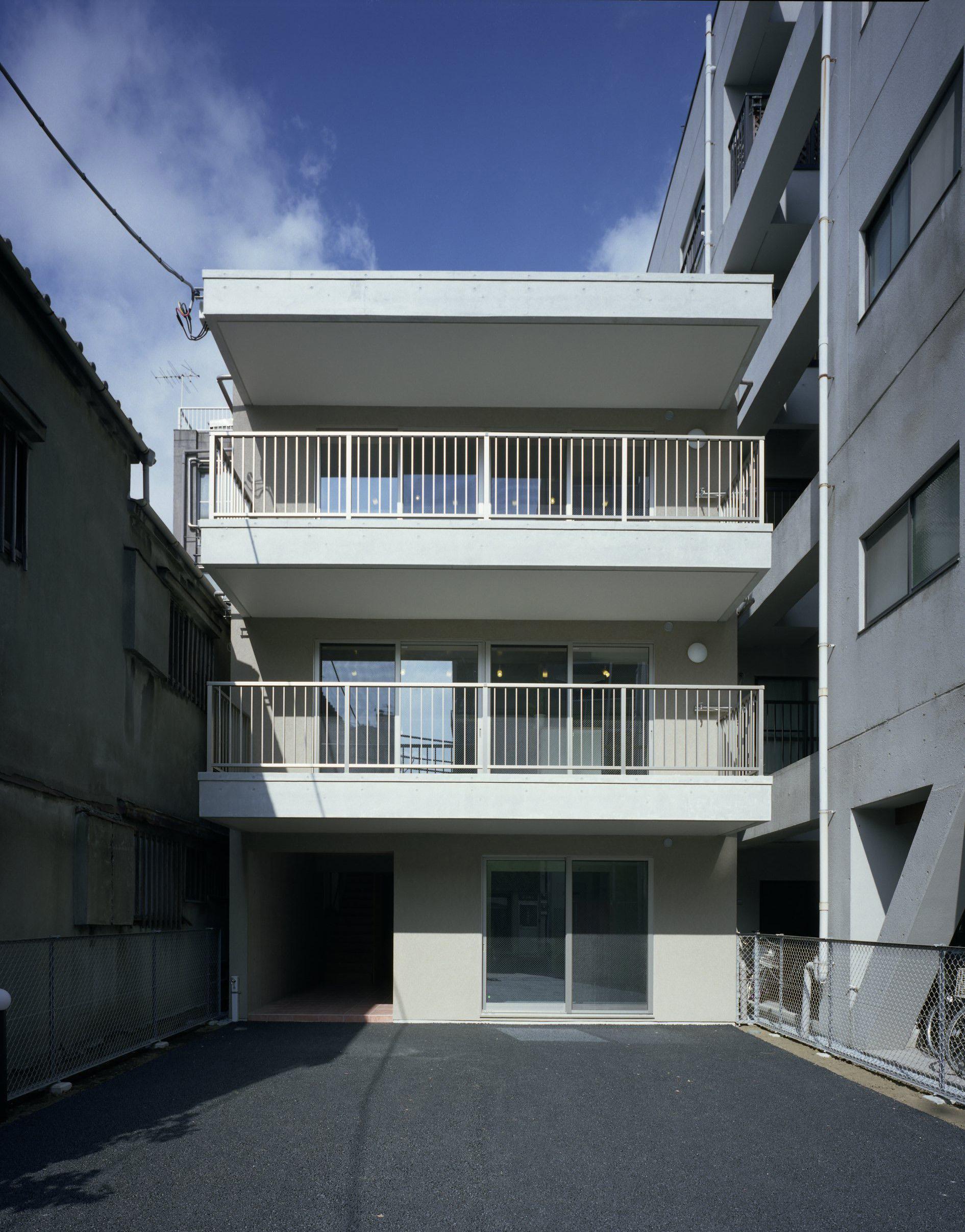 東京都台東区 T邸の写真 広いバルコニーと屋上のある白い外観