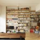 O邸・シンプルナチュラルなあたたかさの写真 リビング-大容量の壁面収納