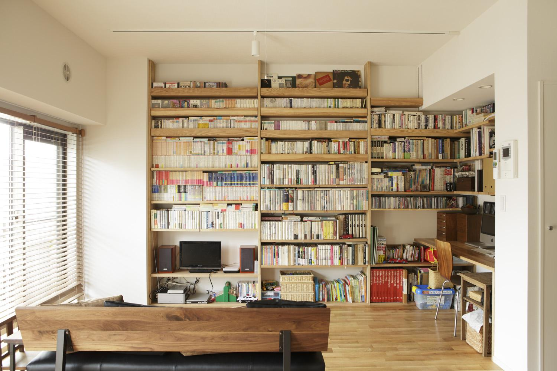 O邸・シンプルナチュラルなあたたかさの部屋 リビング-大容量の壁面収納