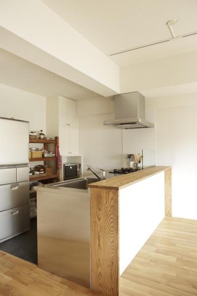 すっきりとした対面式キッチン (O邸・シンプルナチュラルなあたたかさ)