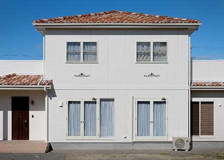 『Mz邸』ヨーロピアンテイストの住まいの写真 赤瓦が映える南欧風の外観
