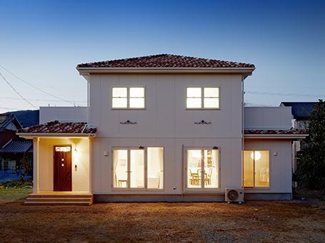 『Mz邸』ヨーロピアンテイストの住まいの部屋 南欧風の外観-夜景