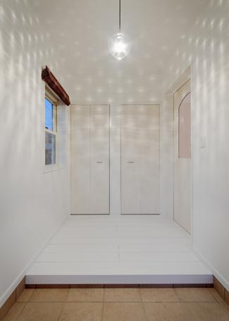 『Mz邸』ヨーロピアンテイストの住まいの部屋 玄関-照明による空間演出