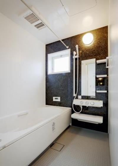 『Mz邸』ヨーロピアンテイストの住まい (シンプルモダンな浴室)