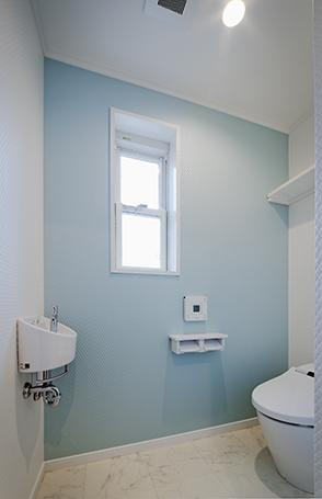 『Mz邸』ヨーロピアンテイストの住まいの写真 一面爽やかブルーのトイレ