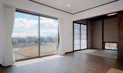 開放的なリビング|『眺望の家』レトロモダンな住まい