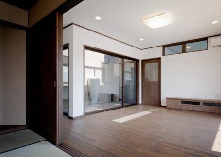 『眺望の家』レトロモダンな住まい (和室よりリビングを見る)