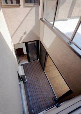 『眺望の家』レトロモダンな住まい (中庭を見下ろす)