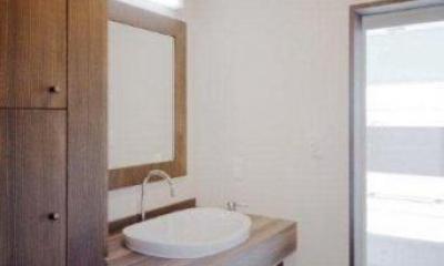 木の温かみ感じる洗面室|『眺望の家』レトロモダンな住まい