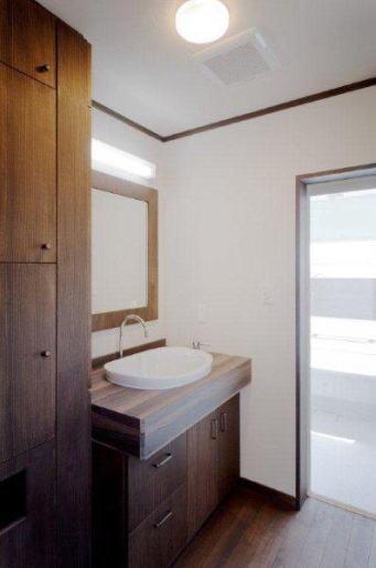 『眺望の家』レトロモダンな住まい (木の温かみ感じる洗面室)