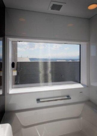 『眺望の家』レトロモダンな住まい (フルスクリーン窓のあるバスルーム)