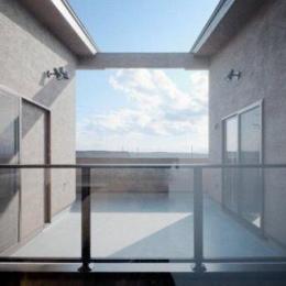 『眺望の家』レトロモダンな住まい (2階プライベートバルコニー)