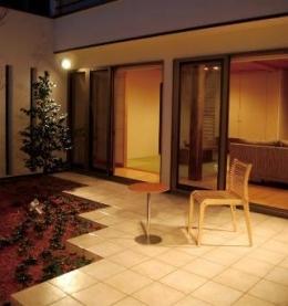 House 03『温かみ溢れるコートハウス』 (夜の中庭)