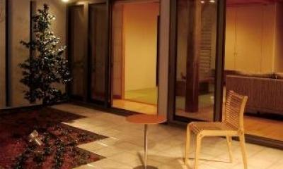 夜の中庭|House 03『温かみ溢れるコートハウス』
