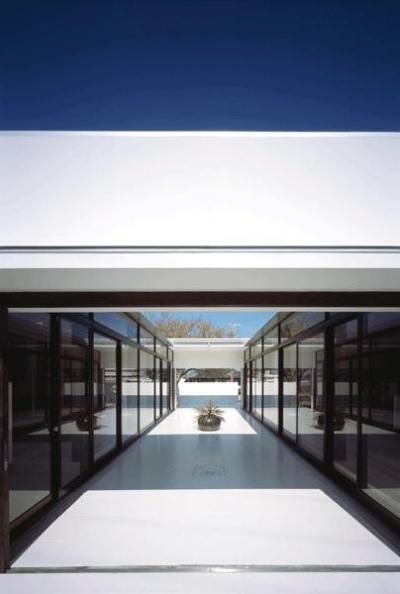 南側入口より中庭テラスを見る (『Ya-Ya-』風が通り抜けるリゾート風住宅)