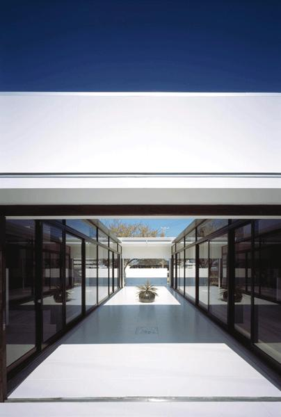 『Ya-Ya-』風が通り抜けるリゾート風住宅の部屋 南側入口より中庭テラスを見る