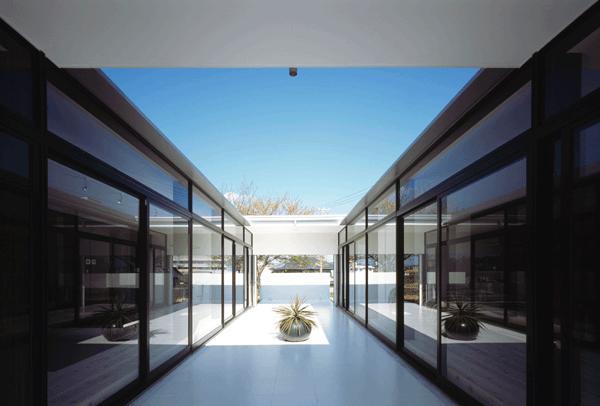 『Ya-Ya-』風が通り抜けるリゾート風住宅の部屋 光と風を取り入れる中庭テラス