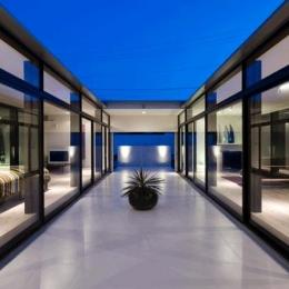 夜の中庭テラス