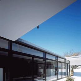 『Ya-Ya-』風が通り抜けるリゾート風住宅 (中庭テラスよりリビングを見る)