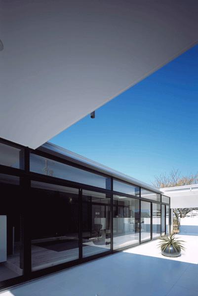 『Ya-Ya-』風が通り抜けるリゾート風住宅の部屋 中庭テラスよりリビングを見る