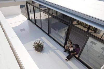 開放的な中庭テラス (『Ya-Ya-』風が通り抜けるリゾート風住宅)