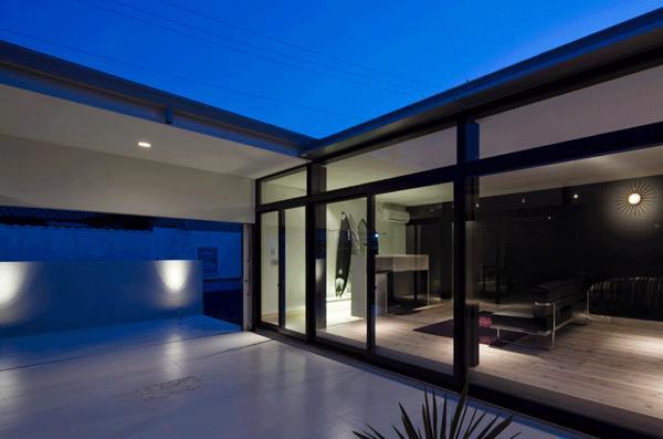 『Ya-Ya-』風が通り抜けるリゾート風住宅の部屋 中庭テラスよりリビングを見る-夜景