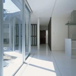 『sukatto』厳しい気候でも活力ある暮らしができる家 (サンルームより玄関を見る)