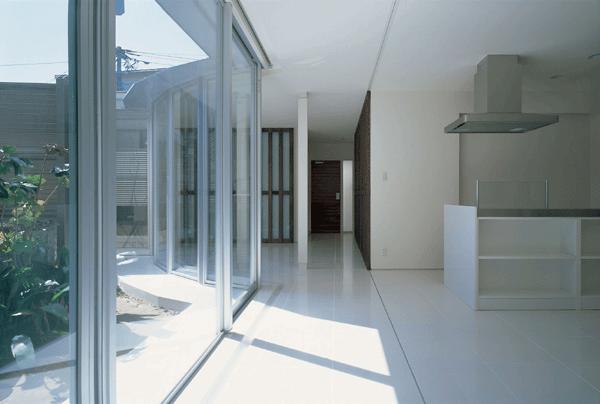 『sukatto』厳しい気候でも活力ある暮らしができる家の部屋 サンルームより玄関を見る