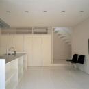 『sukatto』厳しい気候でも活力ある暮らしができる家の写真 白基調の明るいダイニングキッチン
