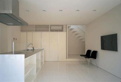 白基調の明るいダイニングキッチン (『sukatto』厳しい気候でも活力ある暮らしができる家)