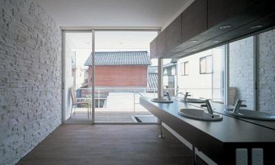 『sukatto』厳しい気候でも活力ある暮らしができる家 (2階テラスにつながる洗面所)