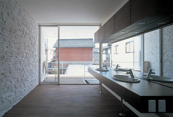 『sukatto』厳しい気候でも活力ある暮らしができる家の部屋 2階テラスにつながる洗面所