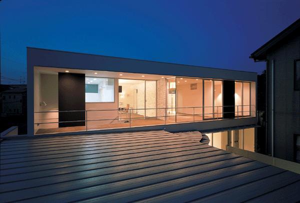 『sukatto』厳しい気候でも活力ある暮らしができる家の部屋 2階テラスを望む-夜景