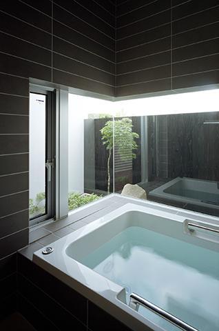 鶯の蒼荘の部屋 開放的なバスルーム