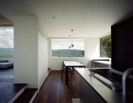 鶯の蒼荘 (キッチンからリビングダイニングを眺める)