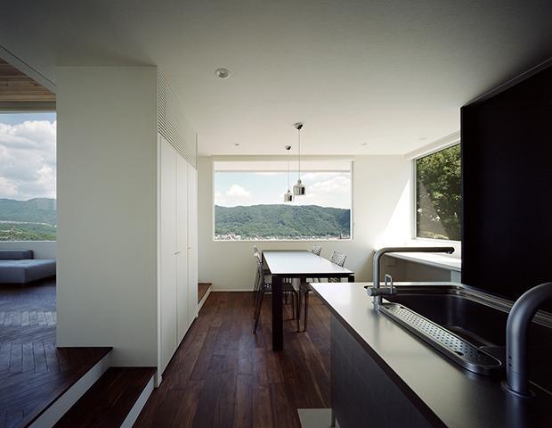 鶯の蒼荘の部屋 キッチンからリビングダイニングを眺める