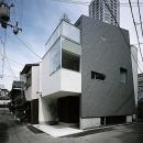 狭小地に建つ3階建の小住宅