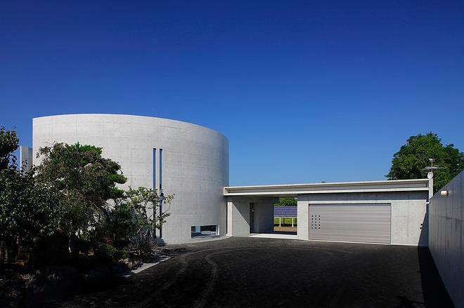 『N Residence』柔らかな光に満たされた二世帯住宅の写真 重厚感のある円形の外観-1