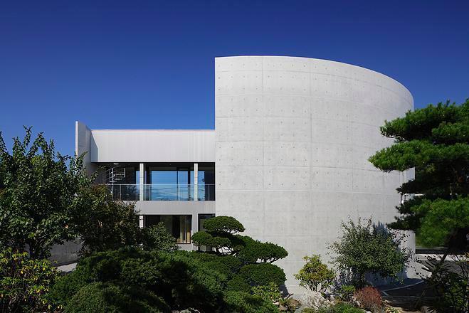 『N Residence』柔らかな光に満たされた二世帯住宅 (重厚感のある円形の外観-2)