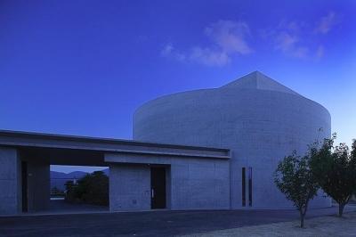 『N Residence』柔らかな光に満たされた二世帯住宅 (円形の外観-夕景)