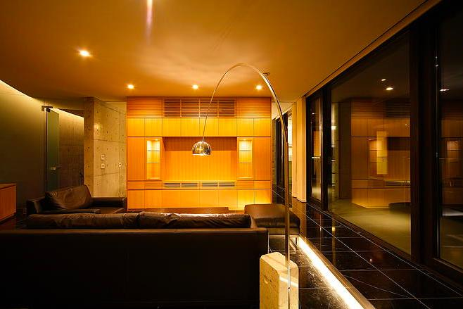 『N Residence』柔らかな光に満たされた二世帯住宅 (落ち着きのある大人リビング)