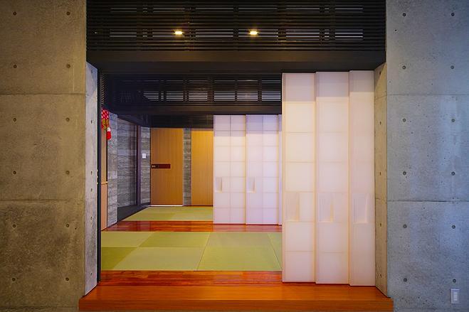『N Residence』柔らかな光に満たされた二世帯住宅の部屋 スタイリッシュな和室-1