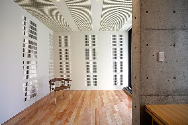 『N Residence』柔らかな光に満たされた二世帯住宅の部屋 明るい光の差し込む洋室