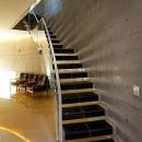 『N Residence』柔らかな光に満たされた二世帯住宅の写真 コンクリート打ち放し壁のクールな階段