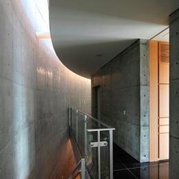 『N Residence』柔らかな光に満たされた二世帯住宅 (クールな2階ホール-1)