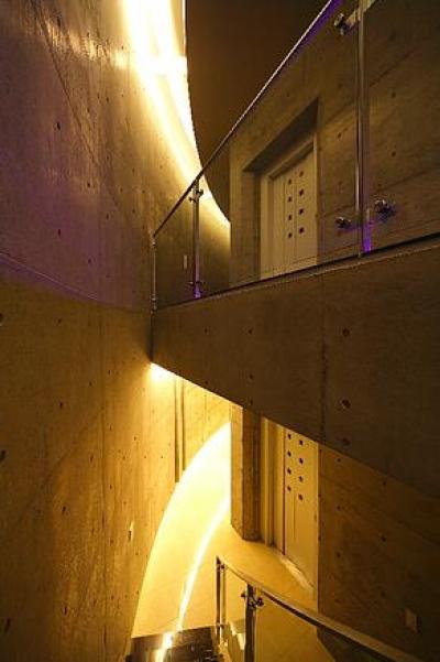 階段上部-吹き抜け (『N Residence』柔らかな光に満たされた二世帯住宅)