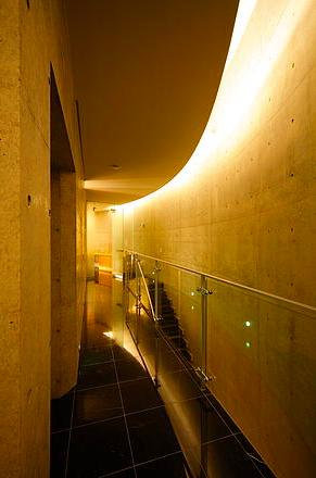 『N Residence』柔らかな光に満たされた二世帯住宅の写真 クールな2階ホール-2