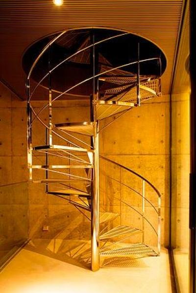 スタイリッシュな螺旋階段 (『N Residence』柔らかな光に満たされた二世帯住宅)